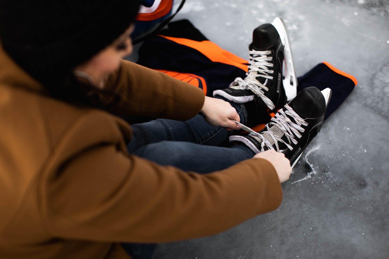 Tying up skates